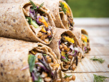 Receta Vegana Burritos de trigo y bayas con salsa tahini