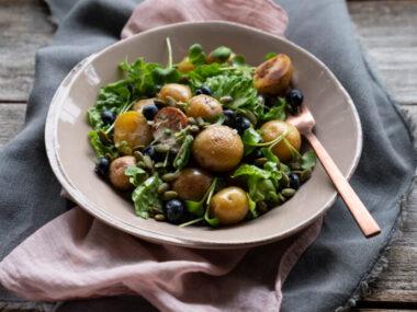 Receta Vegetariana: Ensalada de patatas con arándanos, semillas de calabaza y aderezo de yogur de limón