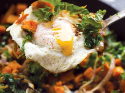 Receta Vegetariana: Patata Dulce, Cebolla Roja Y Hash De Col Rizada