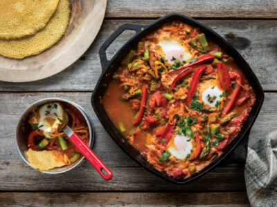 Receta Vegetariana: Shakshuka de espárragos con panes planos de garbanzos