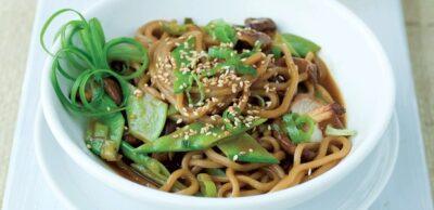 Receta Vegana: Fideos de sésamo y lima con hongos shiitake y guisantes