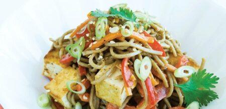 Receta Vegetariana: Fideos con salsa de almendras y tofu a la plancha